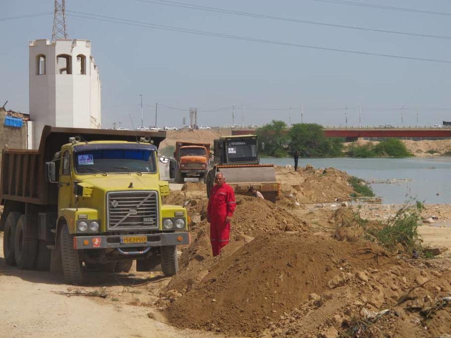 اقدامهای فوری برای پیشگیری از گسترش سیلاب در منطقه عین ۲ اهواز