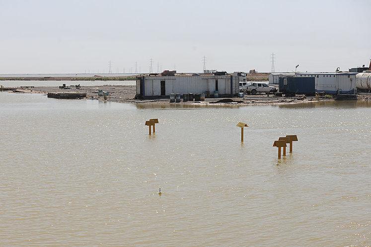 تاسیسات نفتی محاصره شده در آب در میدان آزادگان واقع در هورالعظیم