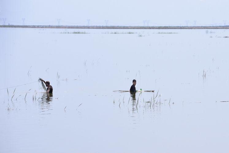 با بالا آمدن آب مردم محلی در حال ماهیگیری هستند