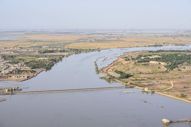 خطوط انتقال نفت روی رودخانه کارون