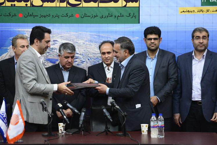 آیین امضای تفاهمنامه شرکت پایانههای نفتی و شرکتهای دانش بنیان