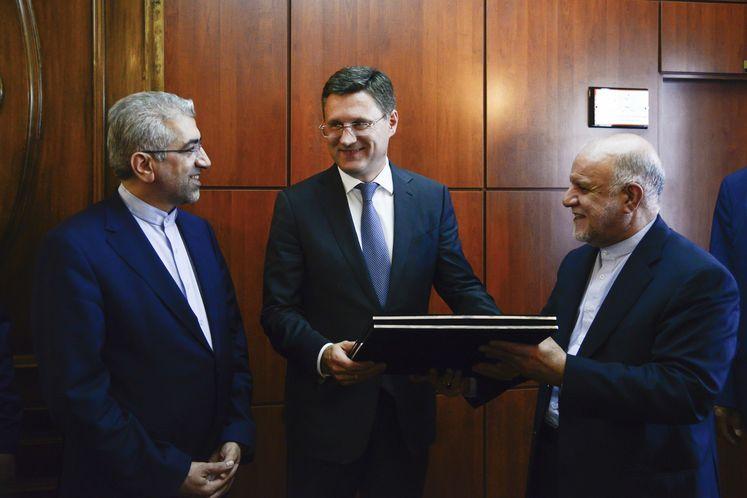 از راست به چپ: بیژن زنگنه، وزیر نفت، الکساندر نواک، وزیر انرژی روسیه، رضا اردکانیان، وزیر نیرو