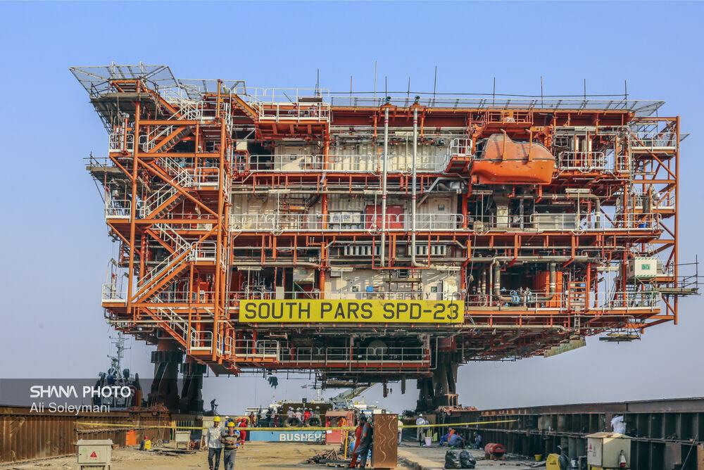 Loading South Pars 22-24 Platform