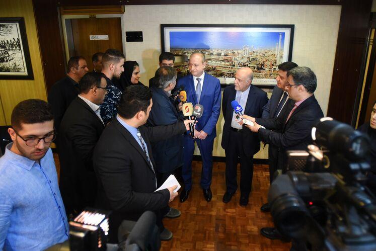 از راست به چپ: عدنان محمود سفیر سوریه در ایران- بیژن زنگنه، وزیر نفت ایران و علی سلیمان غانم، وزیر نفت و منابع معدنی سوریه