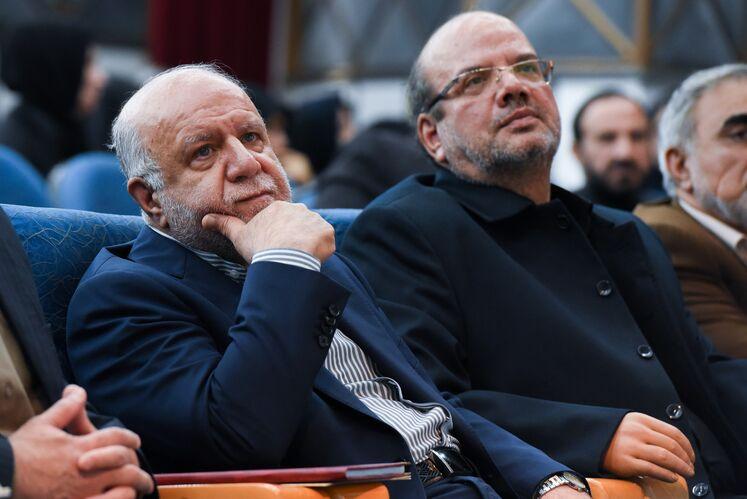 از راست: بیژن زنگنه، وزیر نفت، محمدعلی فلاحمهرجردی، فرمانده مرکز بسیج وزارت نفت
