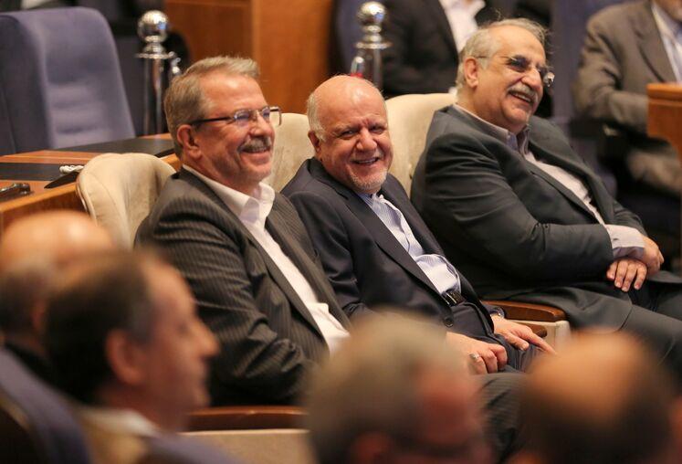 از راست: مسعود کرباسیان، مدیر عامل شرکت ملی نفت ایران، بیژن زنگنه، وزیر نفت، مهدی میر معزی، رئیس شورای سیاستگذاری کنگره نفت و نیرو