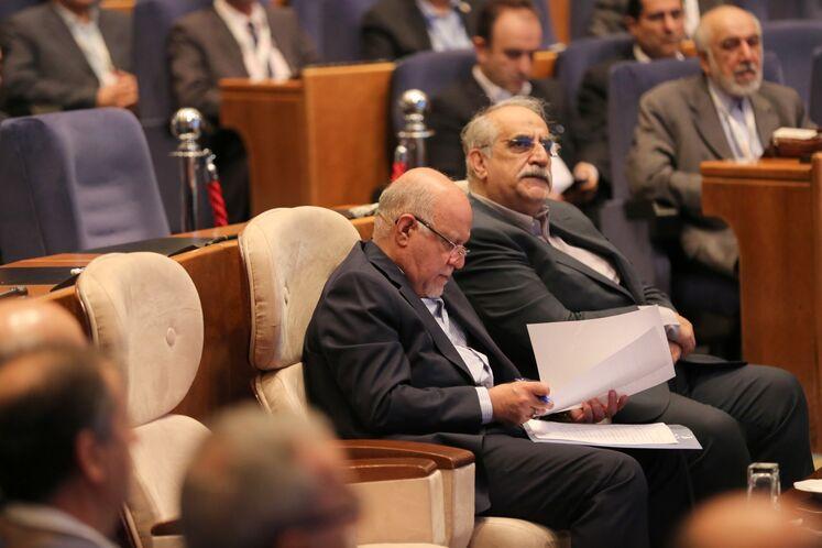 از راست: مسعود کرباسیان، مدیر عامل شرکت ملی نفت ایران و بیژن زنگنه، وزیر نفت