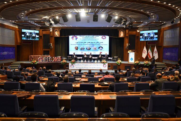 نشست تخصصی «تامین مالی توسعه بخشهای نفت و نیرو» در روز پایانی پنجمین کنگره نفت و نیرو در مرکز همایشهای بینالمللی صداو سیما، ۱۷ مهرماه ۹۸
