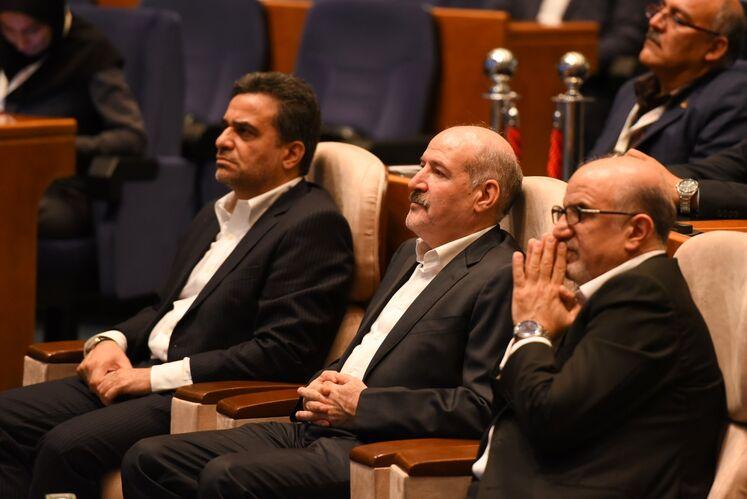 از راست: بهزاد محمدی، معاون وزیر نفت در امور پتروشیمی، حسن منتظر تربتی، معاون وزیر نفت در امور گاز، محمد ایروانی، دبیر پنجمین کنگره نفت و نیرو