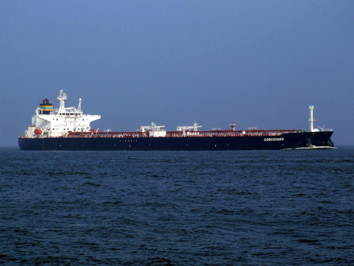صف نفتکشها برای ذخیرهسازی نفت خام روی آب