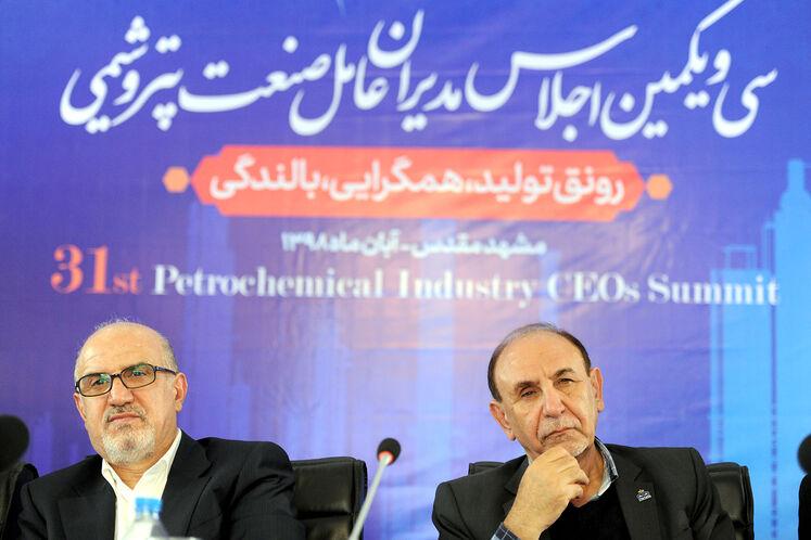 از راست: غلامرضا امیر شقاقی، مدیرعامل شرکت پتروشیمی خارک و بهزاد محمدی، مدیرعامل شرکت ملی صنایع پتروشیمی