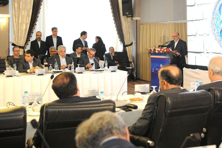 بهزاد محمدی، مدیرعامل شرکت ملی صنایع پتروشیمی در حال سخنرانی