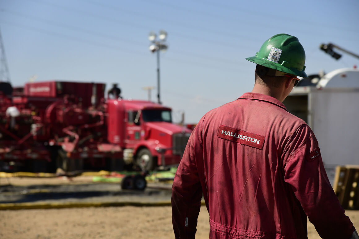 سقوط قیمت نفت و کاهش بودجه در شرکتهای نفتی آمریکا