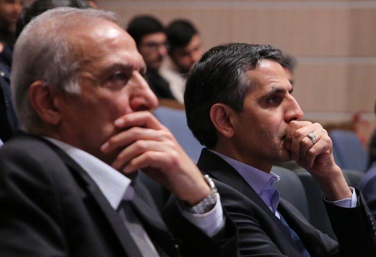 از راست:  سعید محمدزاده، معاون مهندسی، پژوهش و فناوری وزارت نفت و جعفر توفیقی، رئیس پژوهشگاه صنعت نفت