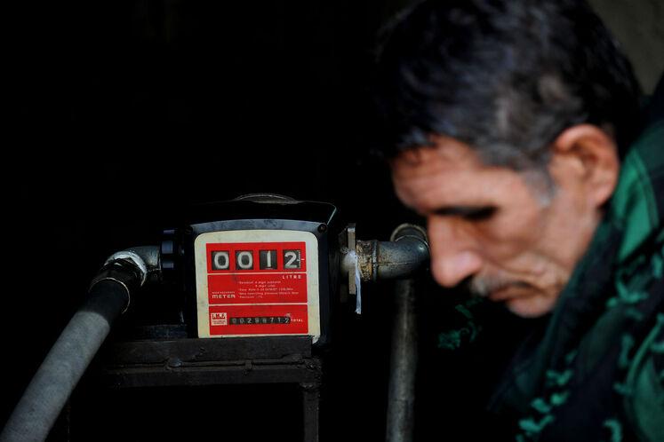 توزیع نفت سفید به روستاهای سیلزده در ناحیه جلگه شهرستان ایرانشهر در 530 کیلومتری چابهار