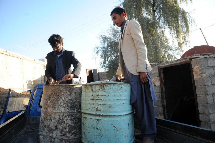 توزیع نفت سفید در روستاهای سیلزده در ناحیه جلگه شهرستان ایرانشهر در 530 کیلومتری چابهار