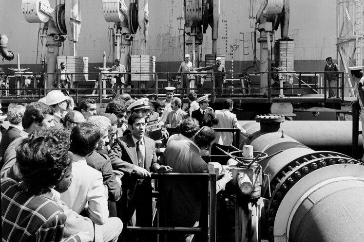 صادرات نخستین محموله نفت یران، پس از ۷۰ روز قطع صادرات نخستین کشتی حامل نفت ایران به نام ورلدامباسادور با ۲۳۰ هزار بشکه نفت سنگین به مقصد ژاپن بارگیری شد