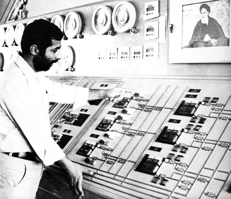 تصویری از اتاق کنترل پالایشگاه آبادان و تصویر امام خمینی (ره)