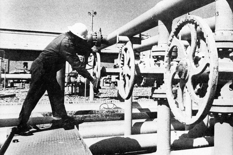در ۲۷ شهریور ۱۳۵۷ همزمان با شروع اعتراضات، کارکنان پالایشگاه گاز بیدبلند آغاجاری در اعتراض به برآورده نشدن خواستههای صنفی اعتصاب کردند.