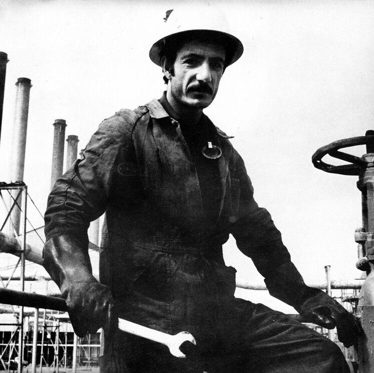 در پنجم دیماه سال ۱۳۵۷ بهدنبال اعتصاب کارکنان صنعت نفت در همراهی با انقلاب اسلامی، تولید نفت به پایینترین حد خود رسید و در پنجم مهرماه صادرات نفت از خارک بهطور کامل قطع شد.