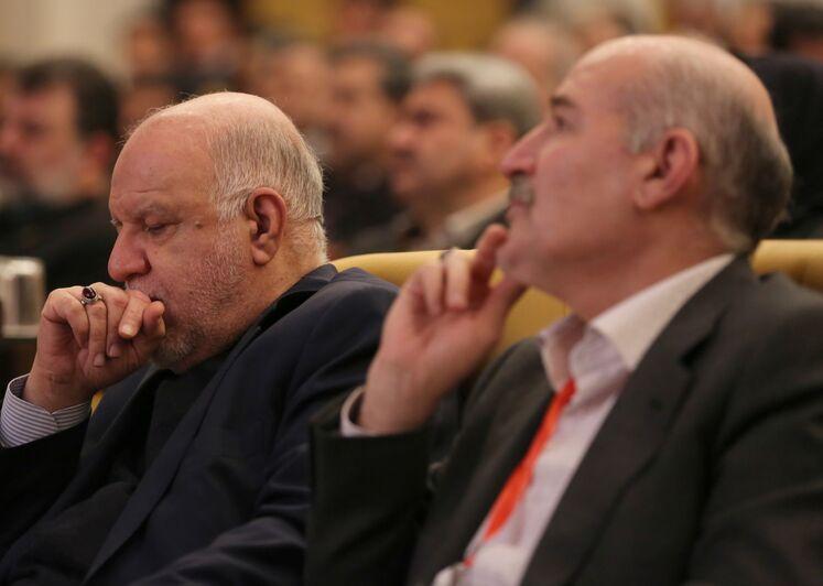 از راست: حسن منتظرتربتی، مدیرعامل شرکت ملی گاز ایران و بیژن زنگنه، وزیر نفت