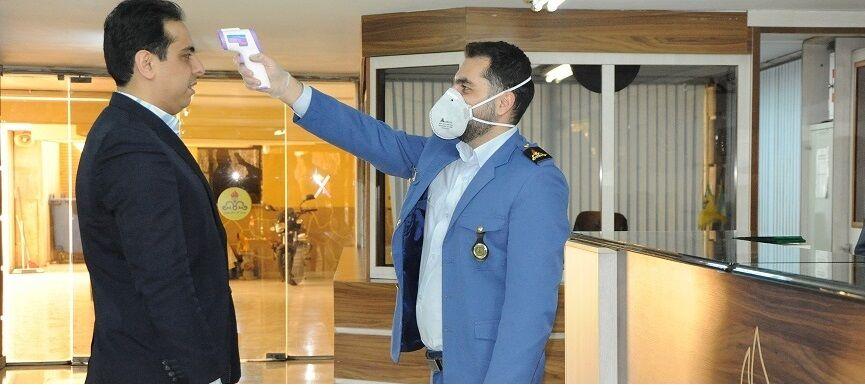 کنترل مراجعان به شرکت گاز استان تهران برای جلوگیری از شیوع ویروس کرونا