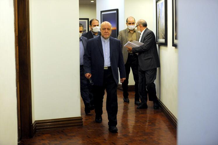 ورود بیژن زنگنه، وزیر نفت به سالن محل برگزاری نهمین نشست فوقالعاده اوپک پلاس از طریق وبینار در ساختمان مرکزی وزارت نفت