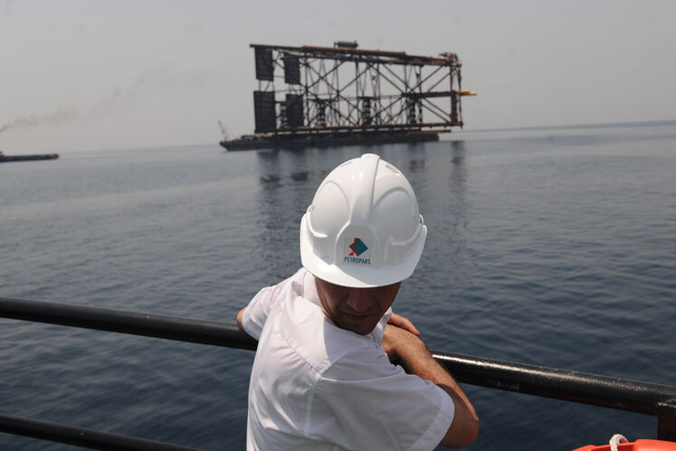 عملیات نصب پایه نخستین عرشه دریایی طرح توسعه فاز ۱۱ پارس جنوبی