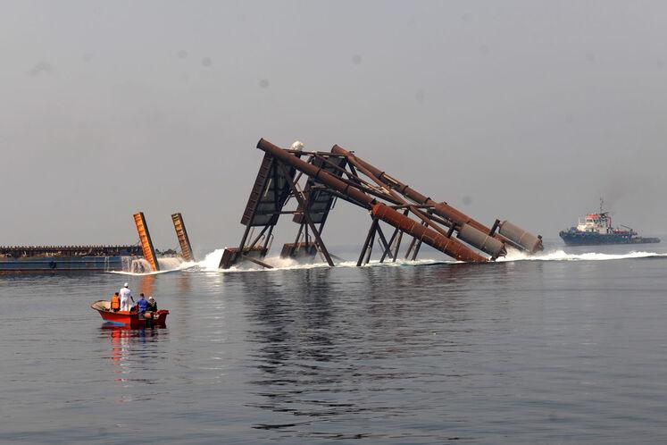 لحظه به آب اندازی پایه نخستین عرشه دریایی طرح توسعه فاز ۱۱ پارس جنوبی