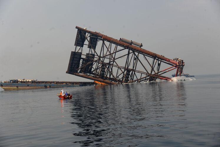 لحظه به آب اندازی عملیات نصب پایه نخستین عرشه دریایی طرح توسعه فاز ۱۱ پارس جنوبی