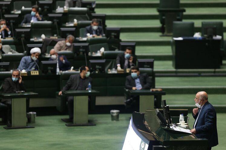 حضور بیژن زنگنه، وزیر نفت در صحن علنی مجلس برای پاسخ به پرسشهای نمایندگان