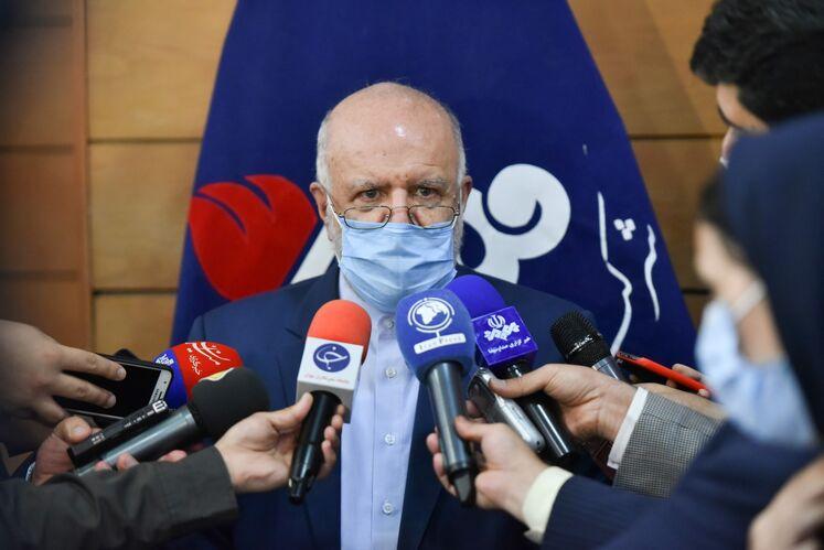 بیژن زنگنه، وزیر نفت در جمع خبرنگاران پس از برگزاری آیین امضای ۱۳ قرارداد کلان پژوهشی صنعت نفت