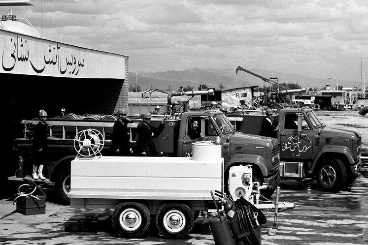 کارکنان خدمات آتشنشانی (ایستگاه آتشنشانی) پالایشگاه نفت تهران در سال ۱۳۵۰ شمسی