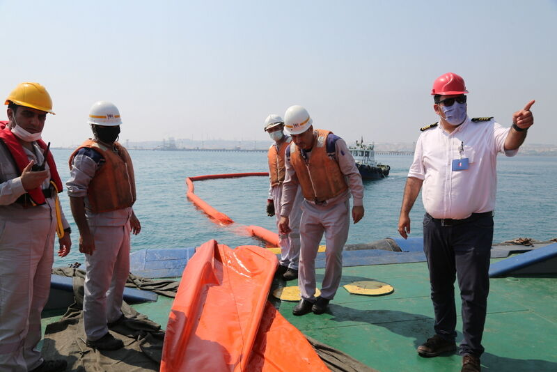 مانور مقابله با آلودگی نفتی دریا در خارک برگزار شد