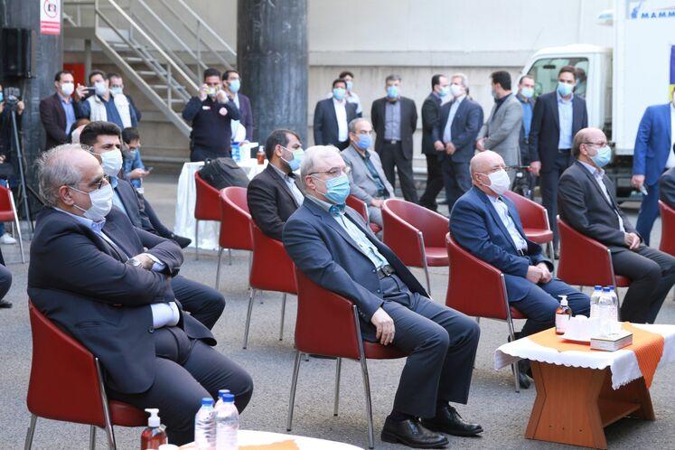 از راست: بیژن زنگنه، وزیر نفت، سعید نمکی وزیر بهداشت، در مان و آموزش پزشکی و مسعود کرباسیان، مدیرعامل شرکت ملی نفت ایران