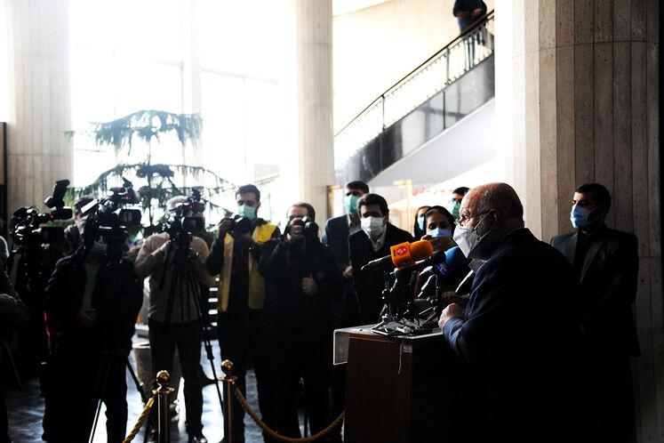 بیژن زنگنه، وزیر نفت در جمع خبرنگاران در حاشیه آیین رسمی آغاز عملیات حفاری نخستین چاه طرح توسعه فاز ۱۱ پارس جنوبی