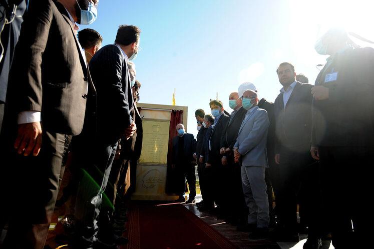 رونمایی از یادبود آیین بهرهبرداری رسمی از  بزرگترین طرح جمعآوری و فرآورش گازهای همراه نفت ایران