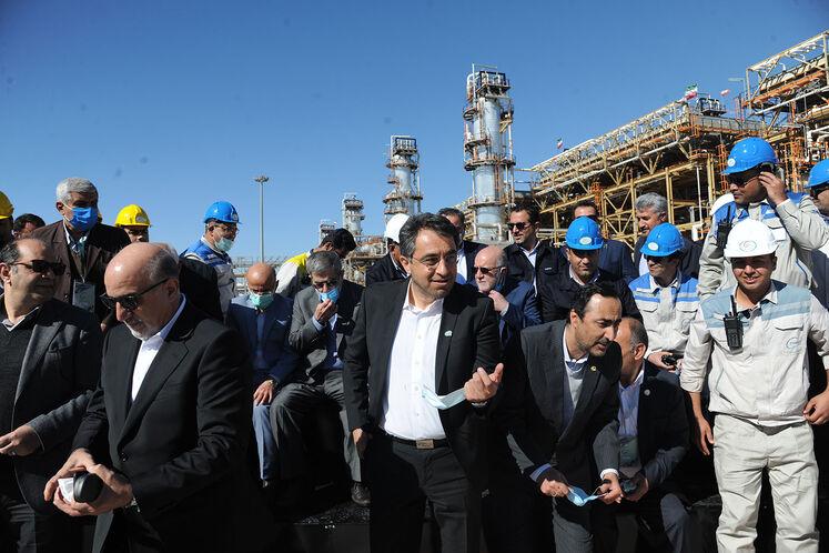 عکس یادگاری بیژن زنگنه، وزیر نفت با دستاندکاران مگاپروژه پالایشگاه گاز بیدبلند خلیج فارس