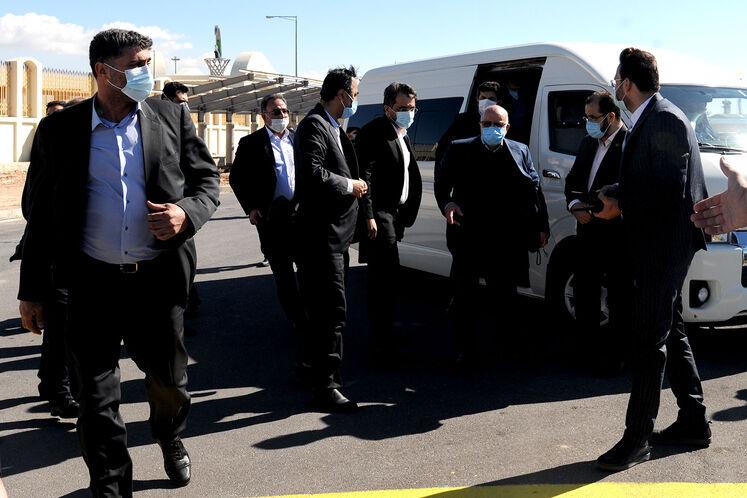 ورود بیژن زنگنه، وزیر نفت به محل برگزاری آیین بهرهبرداری رسمی از  بزرگترین طرح جمعآوری و فرآورش گازهای همراه نفت ایران