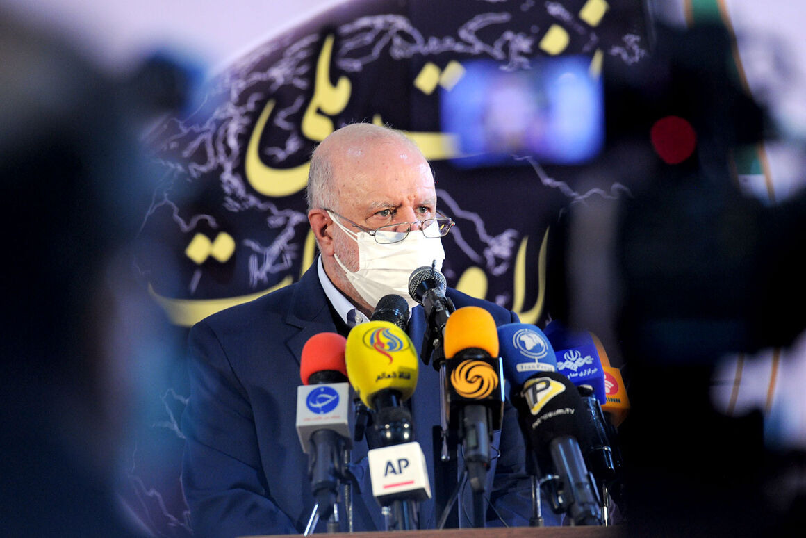 وزیر نفت در جمع خبرنگاران در حاشیه نمایشگاه نفت
