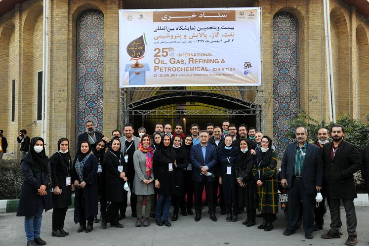 عکس دسته جمعی ستاد خبری بیستوپنجمین نمایشگاه بینالمللی نفت، گاز، پالایش و پتروشیمی ایران