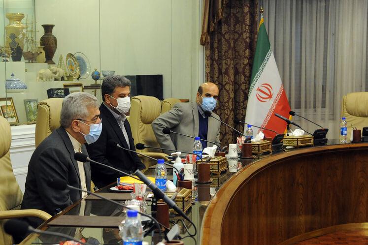 از چپ: رضا اردکانیان، وزیر نیرو و مصطفی رجبی مشهدی، سخنگوی صنعت برق