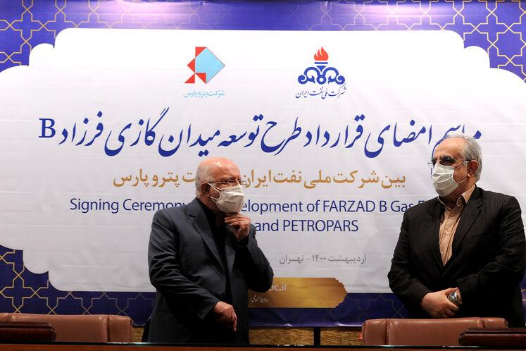 از راست: مسعود کرباسیان، مدیرعامل شرکت ملی نفت ایران و بیژن زنگنه، وزیر نفت در آیین امضای قرارداد توسعه میدان گازی فرزاد «ب»