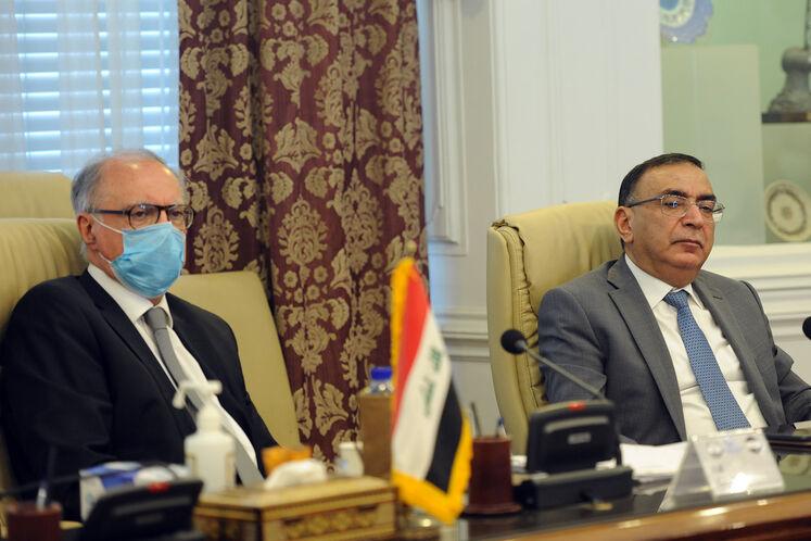 از راست ماجد حنتوش، وزیر برق عراق و علی عبدالامیر علاوی، وزیر دارایی عراق