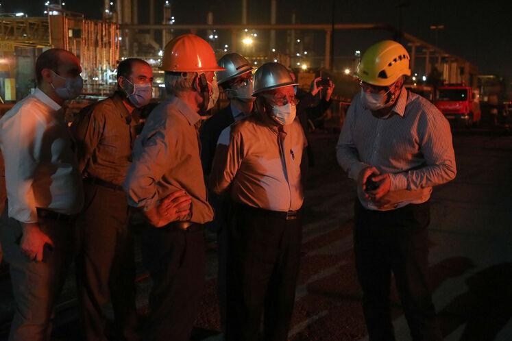 بیژن زنگنه، وزیر نفت در محل حادثه آتشسوزی مخازن ضایعات نفتی پالایشگاه تهران