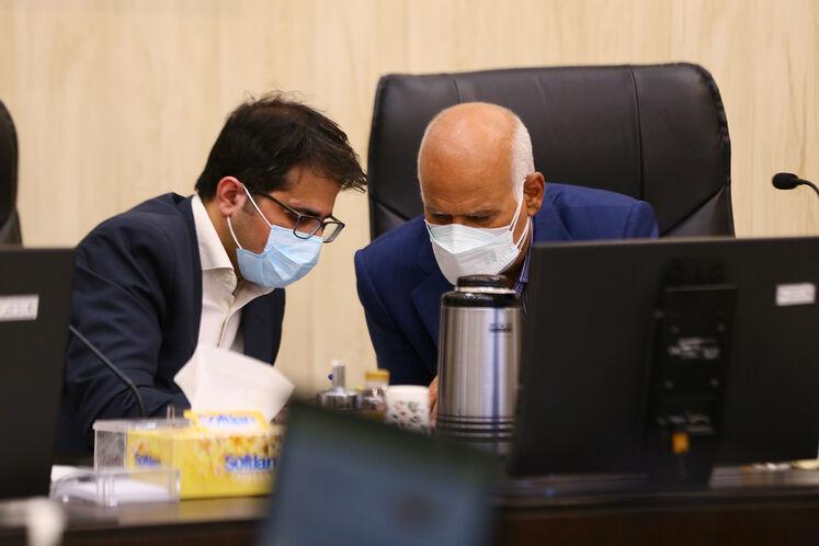 از راست: محمدرضا امین، مدیرعامل پالایشگاه آبادان و محمد رضایی، مدیرپژوهش و فناوری شرکت ملی پالایش و پخش فرآوردههای نفتی ایران