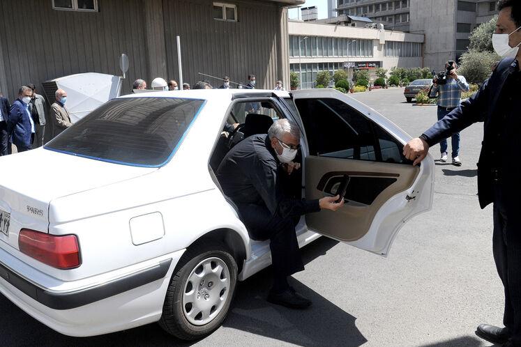 ورود جواد اوجی، وزیر نفت به ساختمان مرکزی وزارت نفت