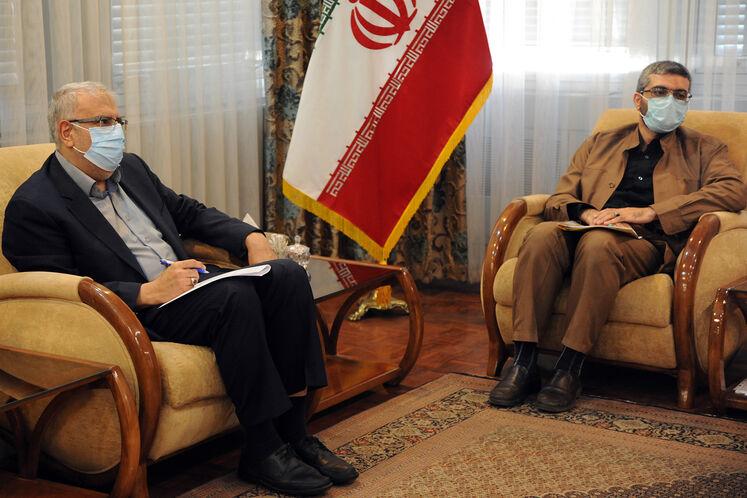 از چپ: جواد اوجی، وزیر نفت و احمد اسدزاده، سرپرست معاونت امور بینالملل و بازرگانی وزارت نفت