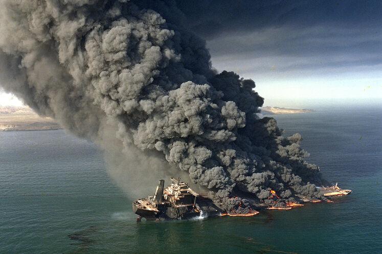 انفجار نفتکش بارسلونا در منطقه لارک در اثر اصابت موشک در دوران جنگ تحمیلی، سال ۱۳۶۷