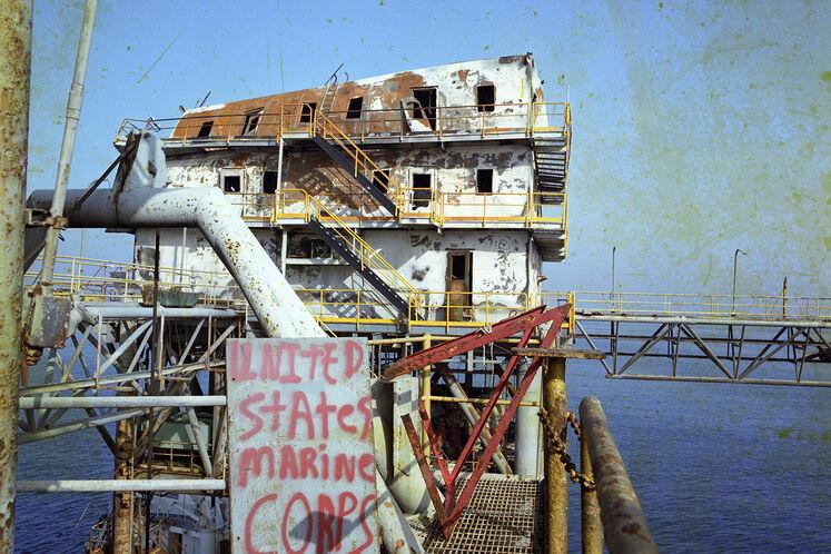 تخریب سکوی سلمان بر اثر اصابت موشک در جنگ تحمیلی توسط آمریکا، سال ۱۳۶۷